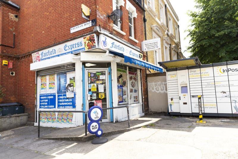 Une petite épicerie faisante le coin anglaise locale image libre de droits