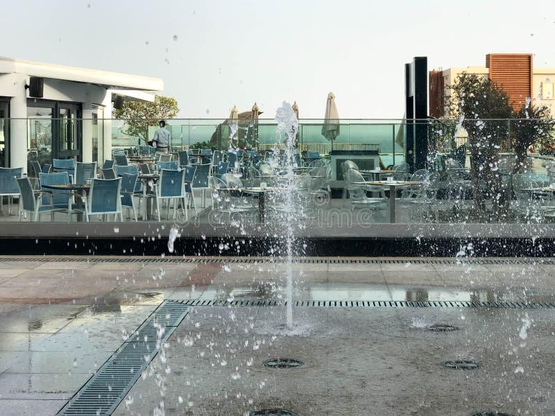 Une petite belle fontaine de chant en plein air, sur la rue Gouttes de l'eau, jets de l'eau congelés dans le ciel en vol images libres de droits