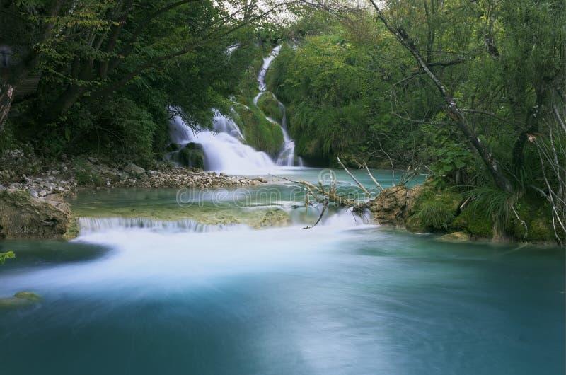 Une petite cascade avec de l'eau turquoise en parc national de lacs Plitvice en Croatie photographie stock libre de droits