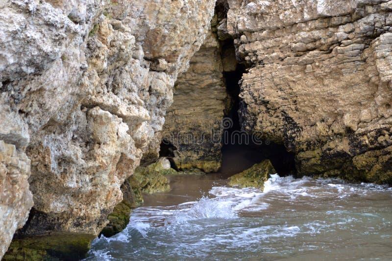 Une petite caverne est seulement accessible de la mer photos libres de droits
