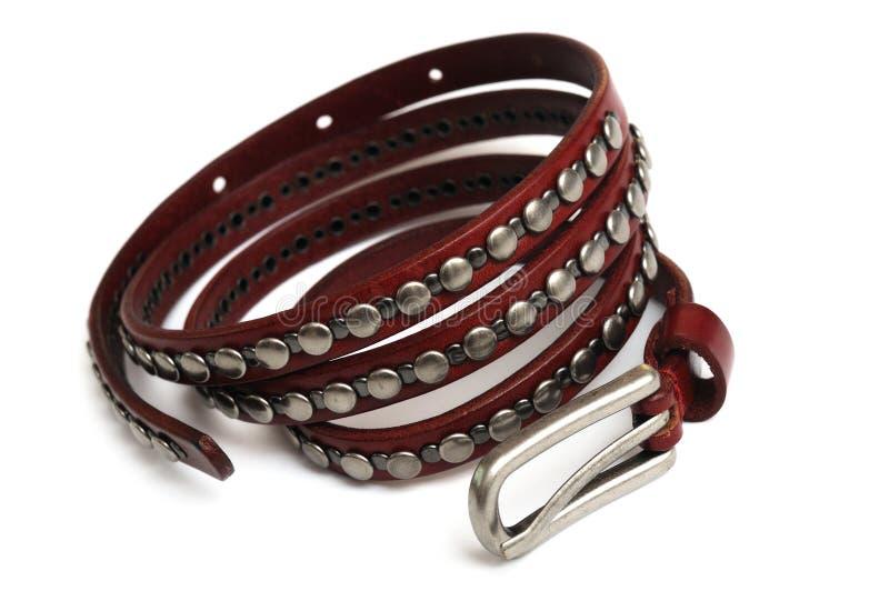 Une petite ceinture en cuir mince avec les décorations cloutées en métal images libres de droits