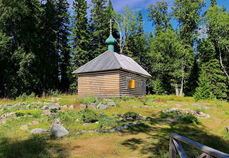 Une petite chapelle dans la forêt Valaam - l'endroit du pèlerinage des croyants orthodoxes Architecture en bois Russie Lac Ladoga photo stock