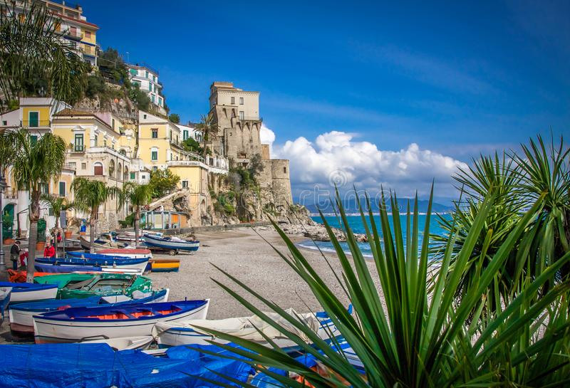 Une petite crique de plage sablonneuse avec des bateaux sur la côte d'Amalfi, Cetara image stock