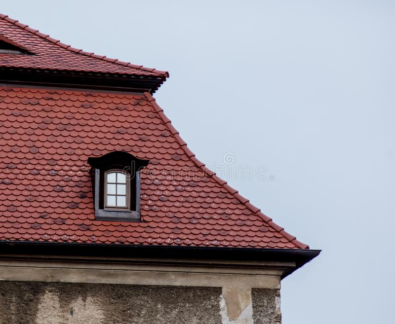 Une petite fenêtre dans un toit un château en Pologne photographie stock libre de droits