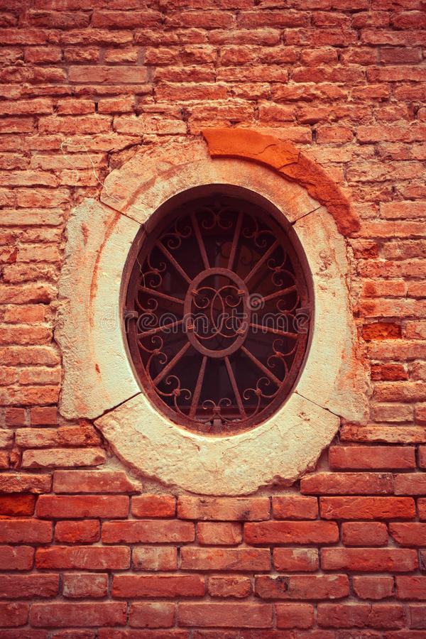Une petite fenêtre rouillée de forme circulaire image libre de droits