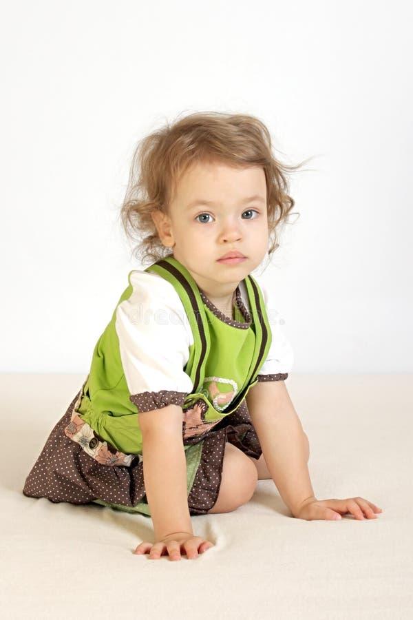 Une petite fille était pensive. photos libres de droits