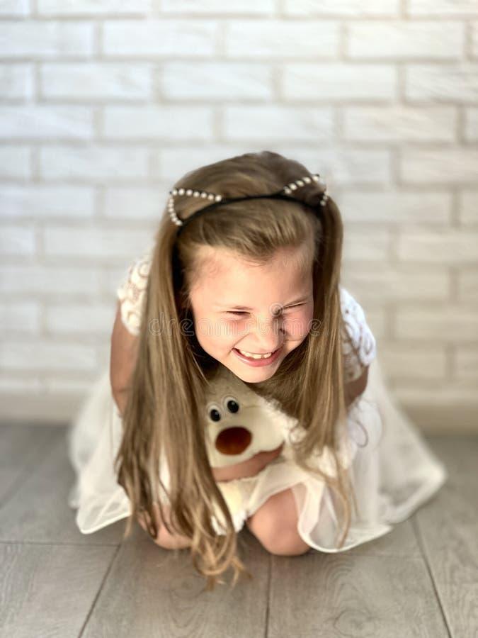 Une petite fille dans une robe blanche photo stock