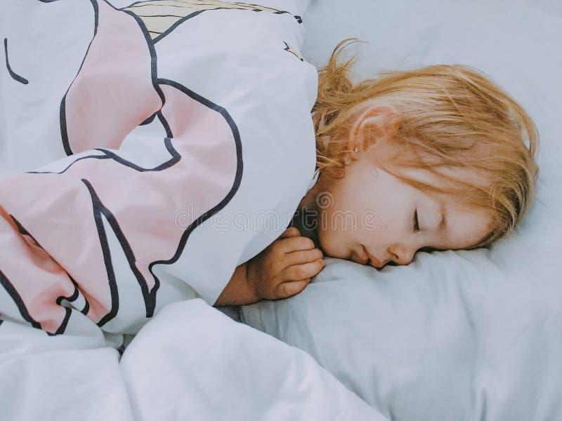 Une petite fille dort gentiment image libre de droits