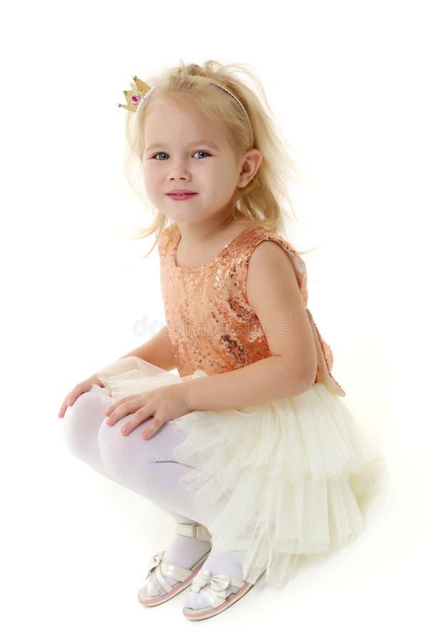 Une petite fille est photographiée dans le studio sur un cyclorame photographie stock