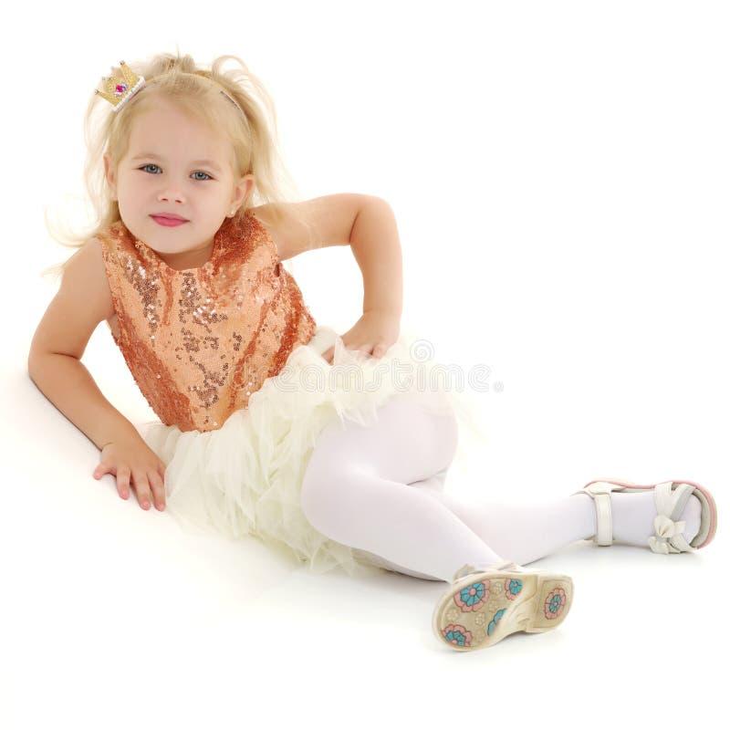 Une petite fille est photographiée dans le studio sur un cyclorame photos stock