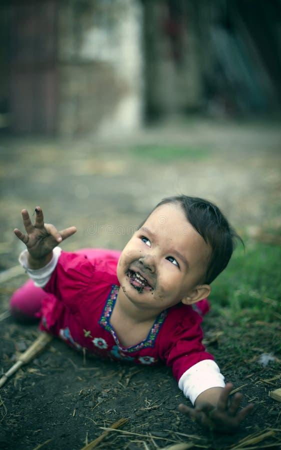 Une petite fille est tombée dans la poussière image stock