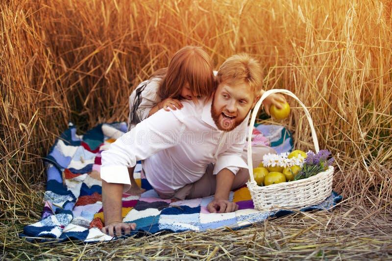 Une petite fille joue avec son papa images libres de droits
