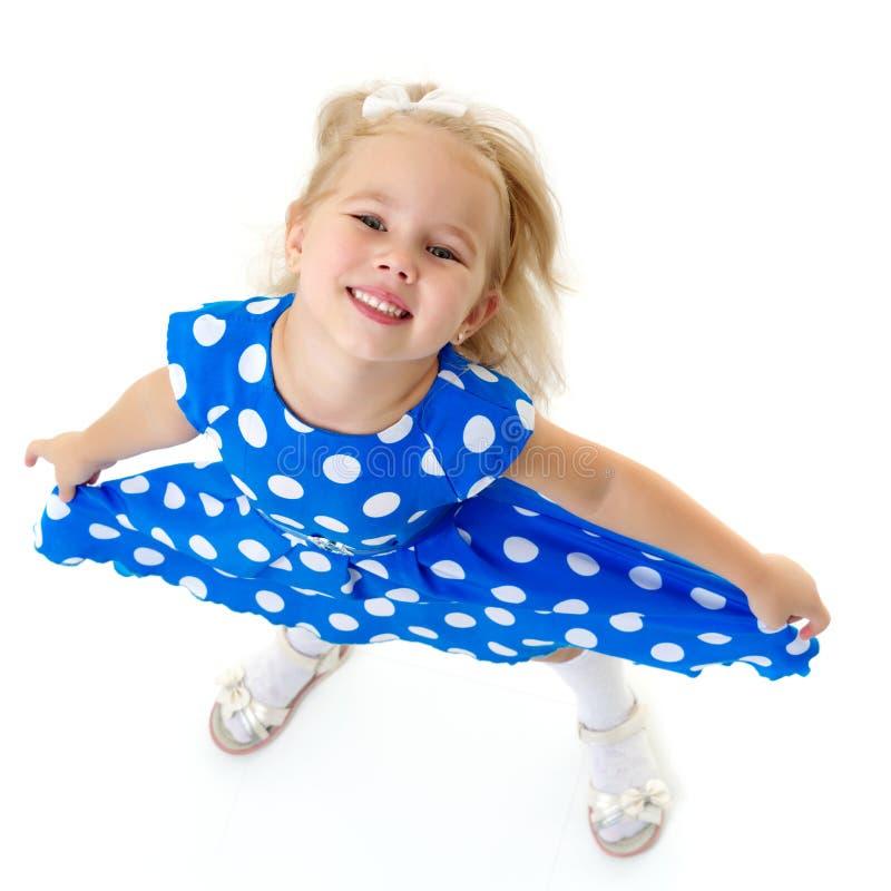 Une petite fille montre son propre, même dents photographie stock libre de droits