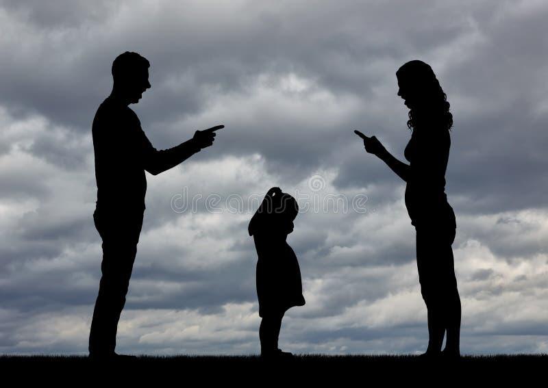 Une petite fille pleure, entendant comment ses parents se disputent et obtiennent divorcés image libre de droits