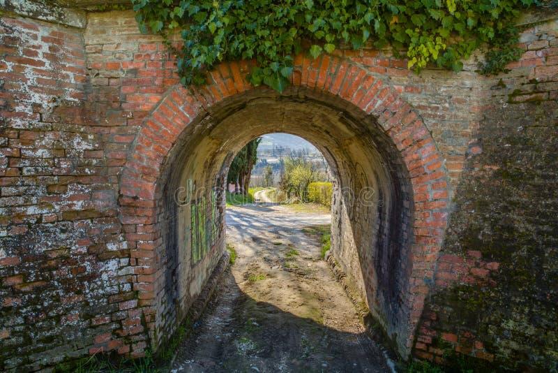 Une petite galerie te permet de sortir sur une route de campagne verte photos stock