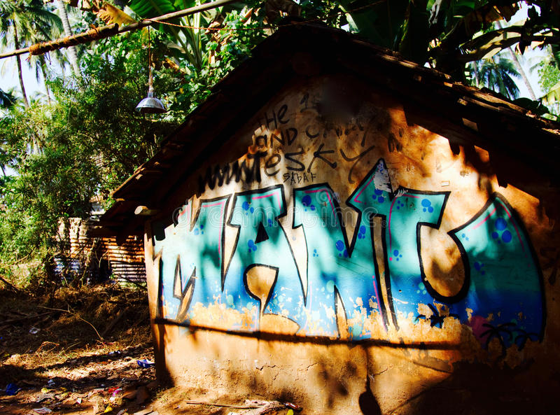 Une petite hutte abandonnée à la plage d'Anjuna dans Goa, Inde images stock