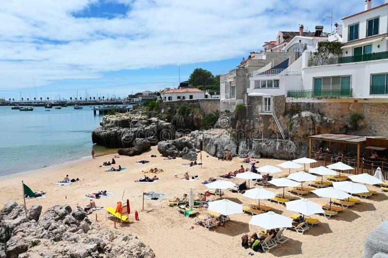 Une petite plage dans Cascais, Portugal photographie stock libre de droits