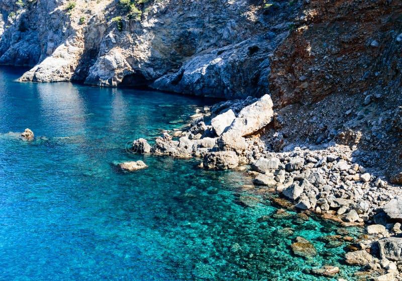 Une petite plage en pierre lointaine photos stock