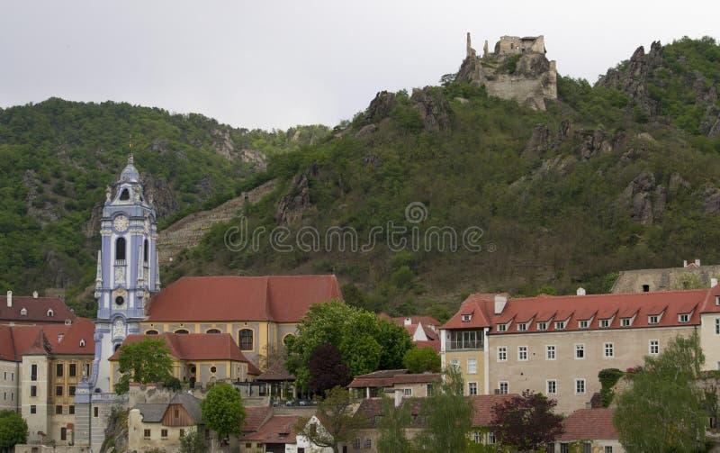 une petite ville Durstein sur le Danube photos libres de droits