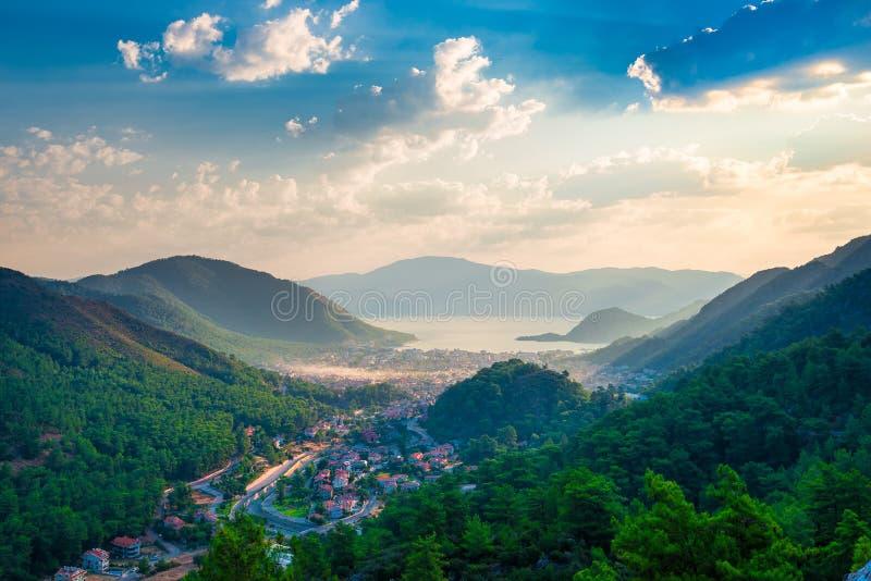 Une petite ville située dans la vallée des montagnes photos stock