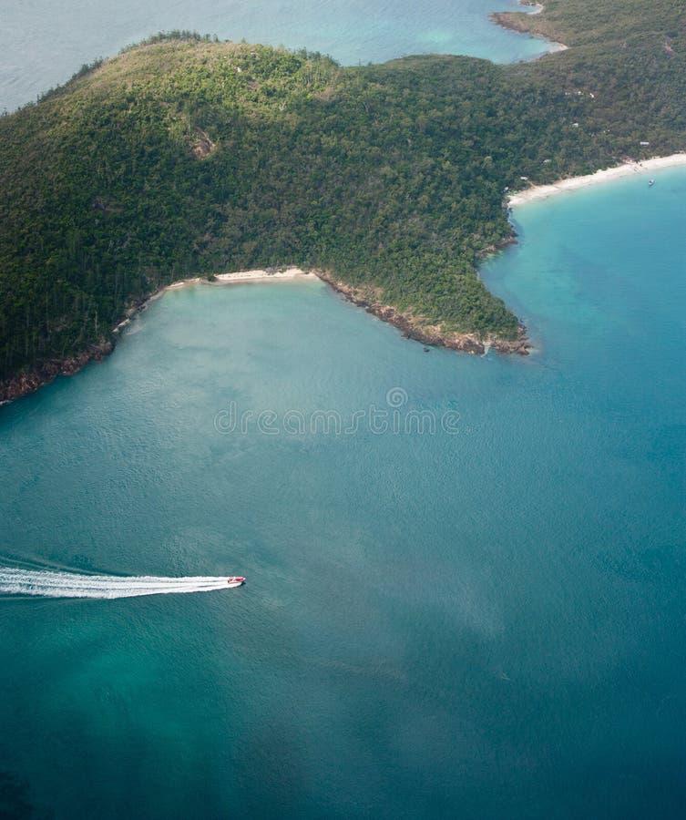 Une photo aérienne d'un petits hors-bord et des îles dans les Pentecôtes en Australie photographie stock