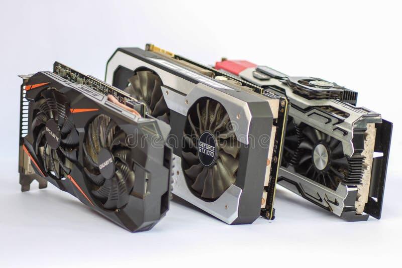Une photo de comparaison d'un ICHILL utilisé GEFORCE GTX 1080 X4, de PALIT GTX1070, et de GIGAOCTET GT images stock