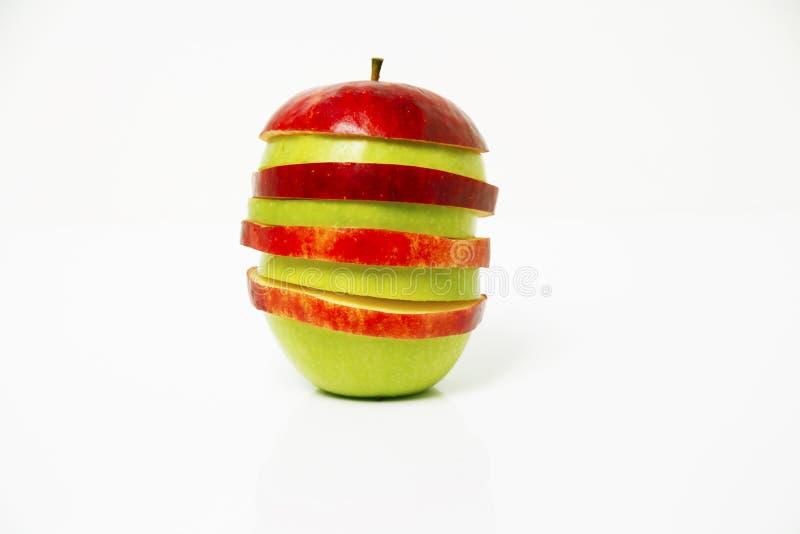 Une photo de la pomme coupée en tranches placée sur l'un l'autre photographie stock