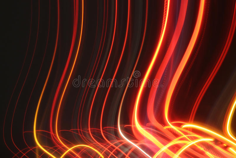 Une photo des lumières arrière de quelques voitures à la vitesse de volet lente images stock
