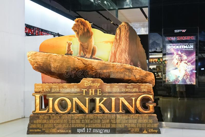 Une photo du voyageur debout du film 3D du film 2019 de Lion King favoriser devant le théâtre photo libre de droits