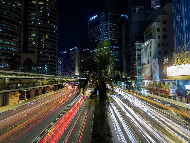 Une photo prise avec une vitesse de volet lente illustre le trafic occupé sur la route de Connaught photo stock