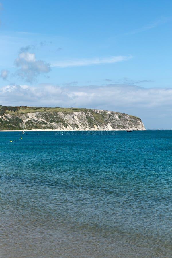 Une photo prise une journée de printemps à la plage de Swanage regardant vers les bateaux sur la mer photographie stock libre de droits
