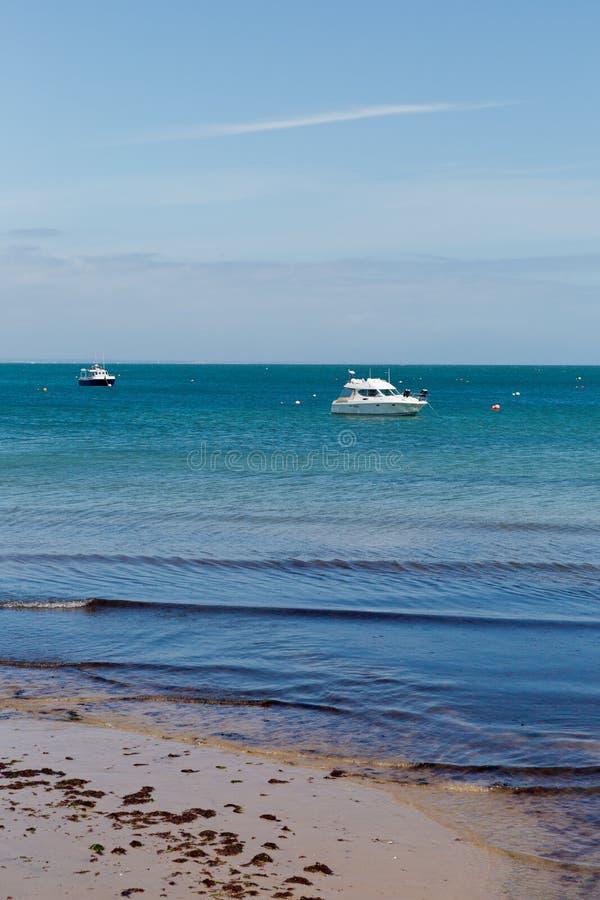 Une photo prise une journée de printemps à la plage de Swanage regardant vers les bateaux sur la mer photos stock