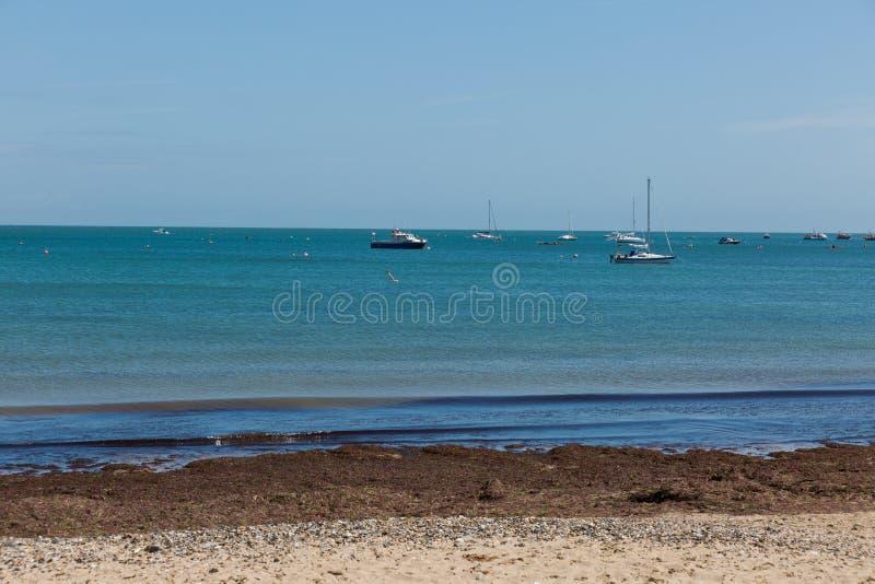 Une photo prise une journée de printemps à la plage de Swanage regardant vers les bateaux sur la mer photographie stock