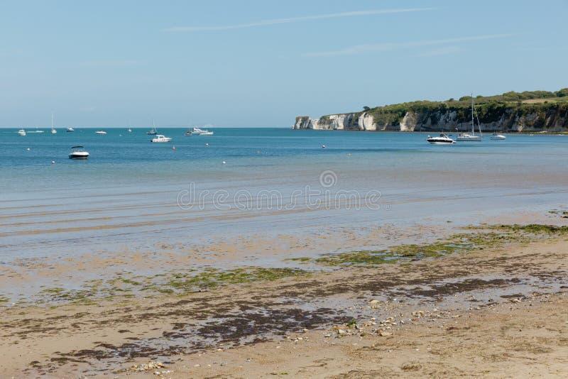 Une photo prise une journée de printemps à la plage de Swanage regardant vers les bateaux sur la mer et la côte jurasic rayent image stock