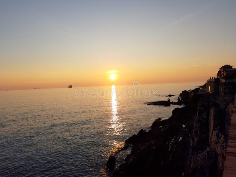 Une photographie étonnante du coucher du soleil au-dessus de la mer images libres de droits