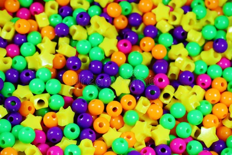 Une photographie dépeignant beaucoup de différentes perles colorées de différentes formes photos libres de droits