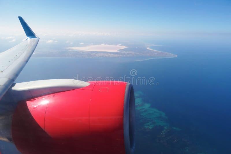 Une photographie prise d'une fenêtre commerciale d'avion volant plus de photo stock