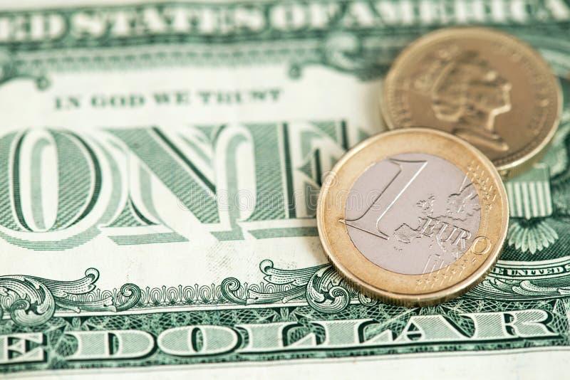 Une pièce d'euro et livre britannique avec la fin de billet de dollar US vers le haut de l'image images libres de droits