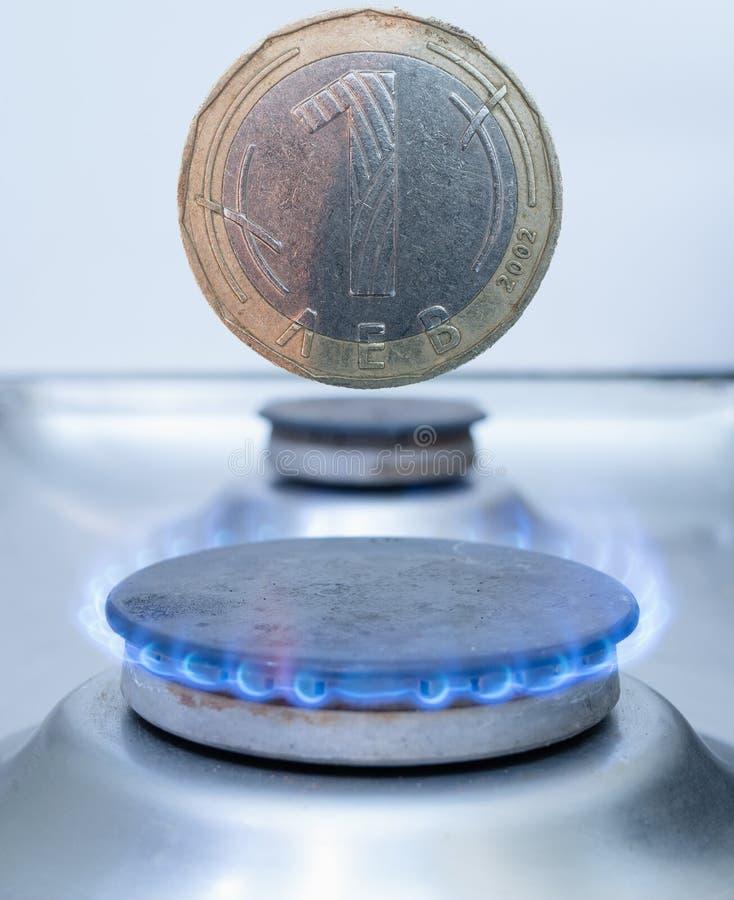 Une pièce de monnaie bulgare LEV au-dessus de brûleur à gaz image stock
