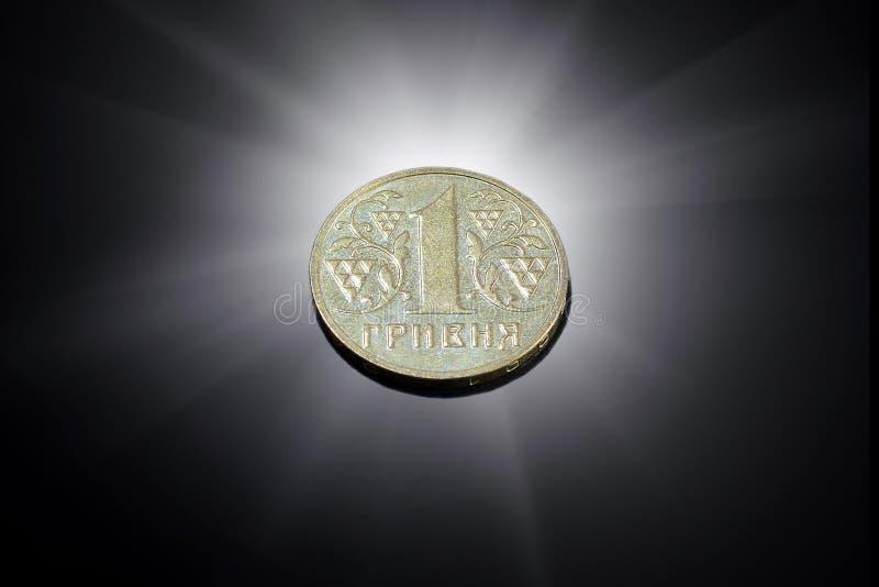 Une pièce de monnaie ukrainienne de hryvnia sur un fond noir images libres de droits
