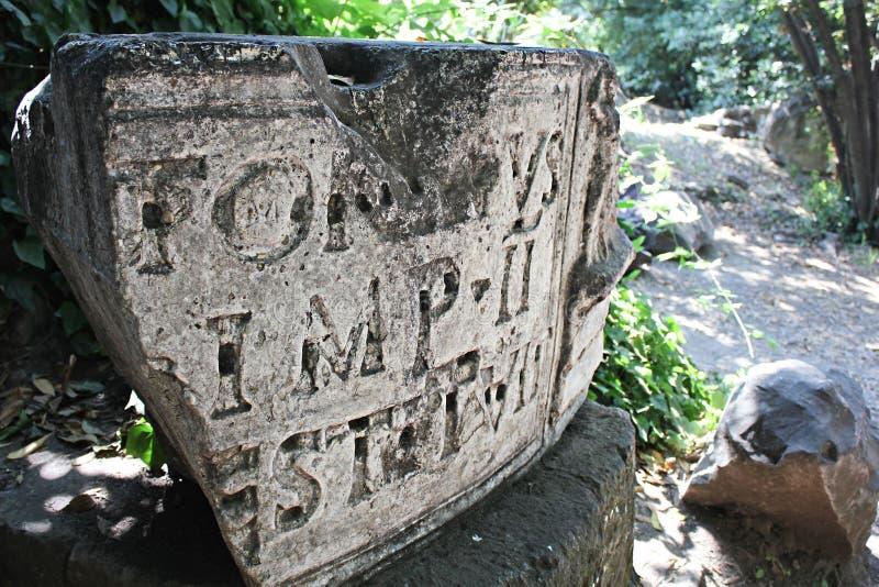 Une pierre antique avec une inscription dans le latin photos stock