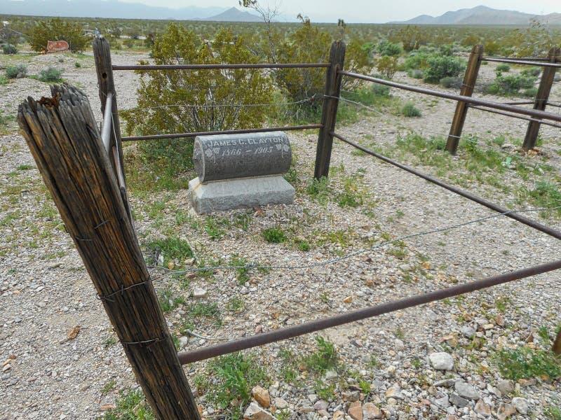 une pierre tombale sur un vieux ranch perdu images stock