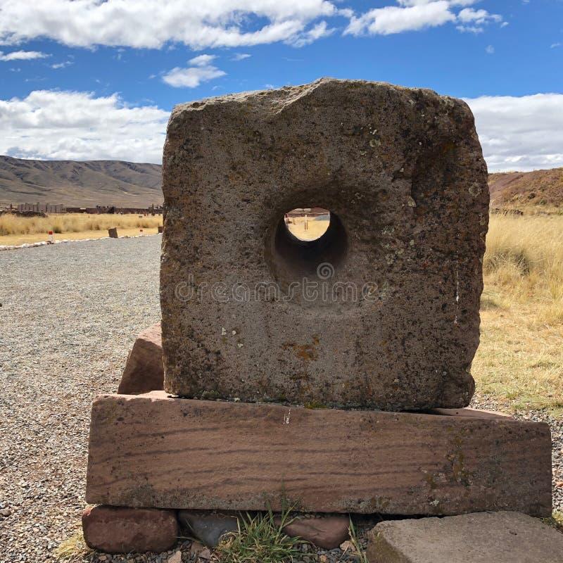 Une pierre utilisée pour la communication pendant l'ère antique a été trouvée dans Tiwanaku, un site archéologique précolombien e photographie stock