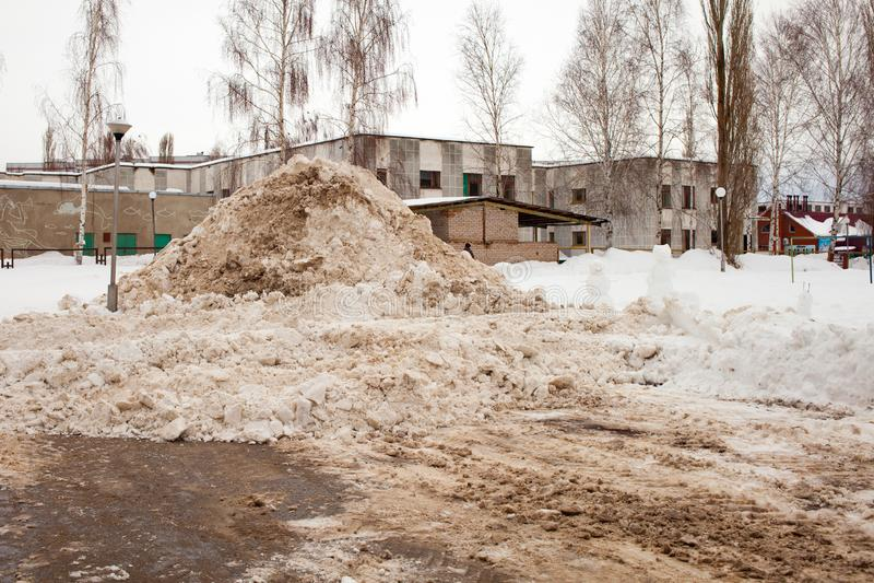 Une pile énorme de neige laissée après dégagement du tracteur photos libres de droits