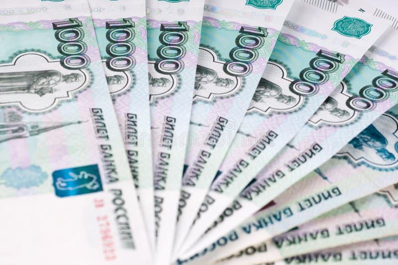 Une pile de billets de banque de mille-rouble, d'étendre argent C russe image stock