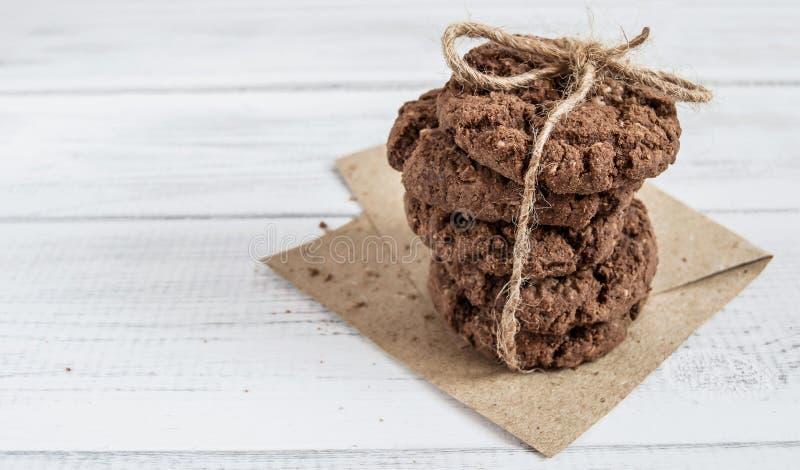 Une pile de biscuits de chocolat attachés avec la corde sur le papier d'emballage photo libre de droits