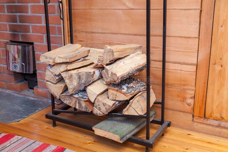Une pile de bois de chauffage d'un arbre de bouleau pour l'allumage photo stock