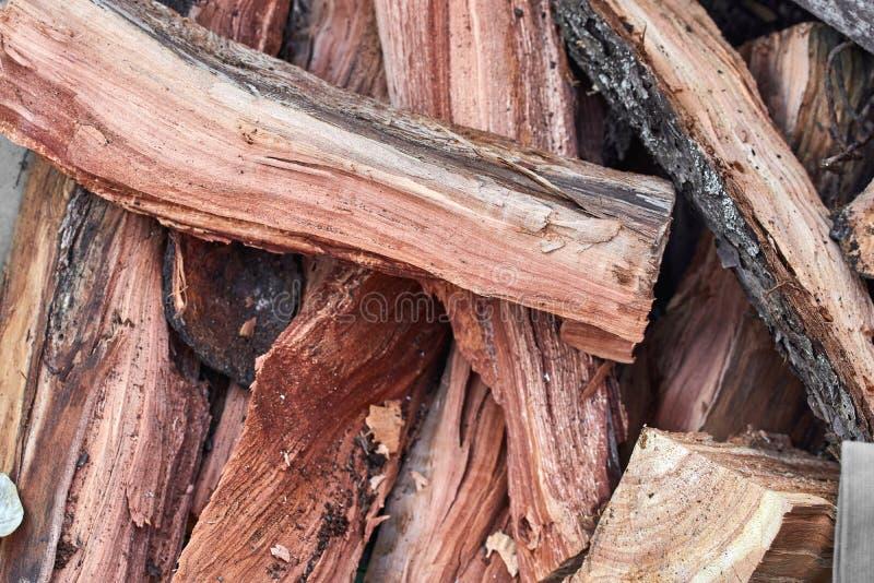 Une pile de bois de chauffage dans un ordre chaotique prêt à être vue brûlée le long photo libre de droits