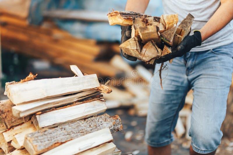 Une pile de bois de chauffage empil?, pr?par?e pour chauffer la maison Collecte du bois du feu pour l'hiver ou le feu Bois du feu photos libres de droits