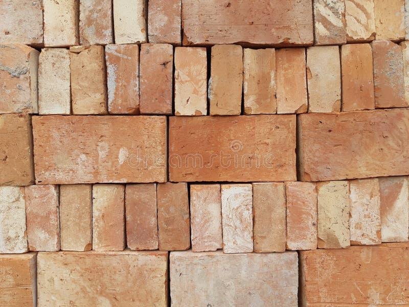 Une pile de briques solides rouges d'argile photo libre de droits
